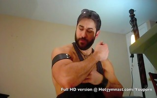 bearded muscle jack off