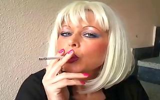 blond mother i smokin
