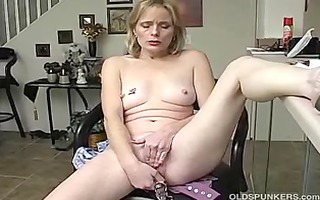 mature amateur plays with her soaked muff until